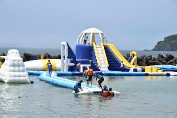 海上アスレチックが勝浦中央海岸にオープン スライダーなど25種 感染防止対策も万全