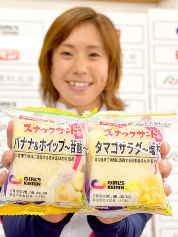 スナックサンドの新商品「タマゴサラダ~塩麹~」と「バナナ&ホイップ~甘麹~」を手に取る関口美穂選手=7月31日午後、県庁
