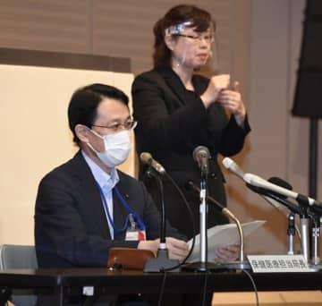 新型コロナウイルスの新たな感染者について説明する広島市の阪谷幸春・保健医療担当局長(左)=2日午後2時2分、市役所
