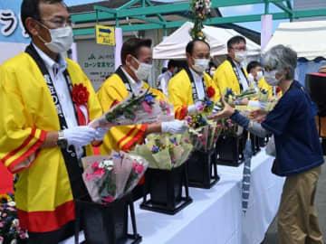 来場者に県産の花束が贈られた開幕記念イベント