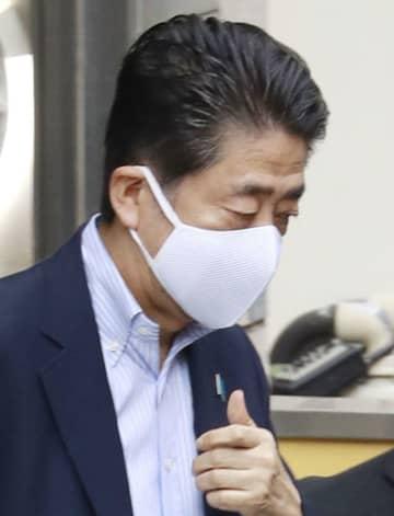 """2日連続""""脱""""アベノマスク 首相、5週間ぶり美容室で散髪"""