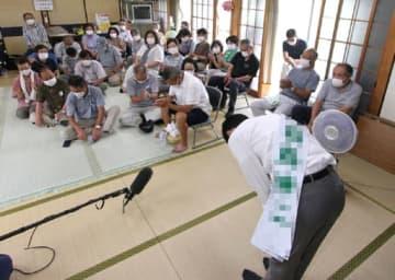 個人演説会で支持者たちに主張を訴え、頭を下げる安芸高田市長選の立候補者=手前(画像の一部を修整しています)