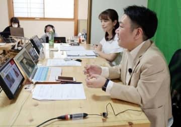 オンライン会議システムで長期入院している子どもへの学習支援について話し合うポケットサポートの三好代表(手前)