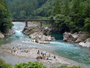 遊泳中の男性が流された板取川=2日午後4時1分、関市洞戸阿部、高賀橋付近