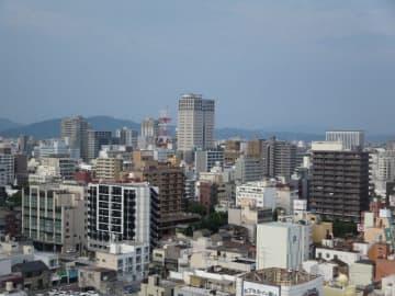 今年初の猛暑日となった岡山市中心部=2日午後4時半