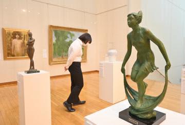 巨匠の作品が並ぶ常陽史料館の企画展「日本芸術院会員作品展」=水戸市備前町