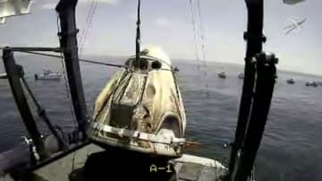 引き揚げられるNASAの飛行士2人が乗ったカプセル=2日、メキシコ湾(NASA提供・ロイター=共同)
