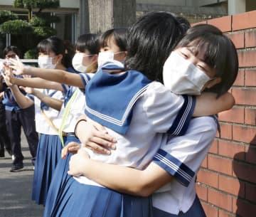 熊本・球磨村の小中3校が再開 豪雨被災「友達いるから大丈夫」 画像