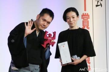 神田伯山、夫婦で贈賞式に出席「賞をもらってから妻の機嫌がいい」