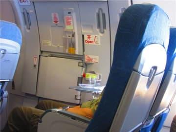 滑走中に飛行機の非常扉を必死に開けようとする大学生、その理由は…―中国