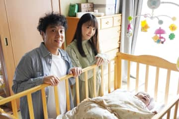 ムロツヨシ&新垣結衣が赤ん坊を覗き込む『親バカ青春白書』新写真