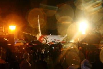 インドで旅客機が着陸失敗、少なくとも15人死亡