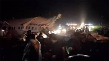 インドで旅客機が着陸失敗 17人死亡 120人以上けが