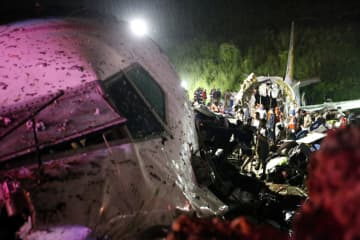 インド南部で旅客機が着陸失敗 18人死亡