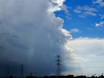 """ゲリラ豪雨の""""境目""""撮影した写真に「リアル天気の子」「竜の巣じゃあ」「ラピュタ出てきそう」「空の境界ですね」「神秘的」など驚きの声"""