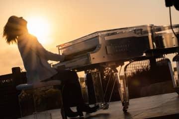 YOSHIKI、LAから「Forever Love」披露!「全ての人たちに少しでも支えになれば」