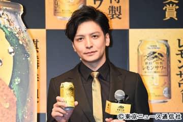 生田斗真がレモンサワーで乾杯。「自宅で飲む時に、脳内でミスチルが流れます」