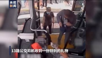 老人ホームに入る前に、公共バスの運転手に感謝の手紙と赤い靴下