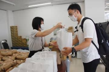 鈴鹿市 外国人留学生に特産品 支援物資進呈始まる 三重