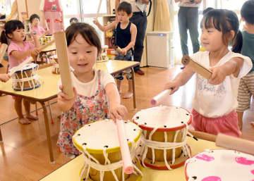 段ボール太鼓、元気にドンドン 幸町保育園児が創作体験・一関