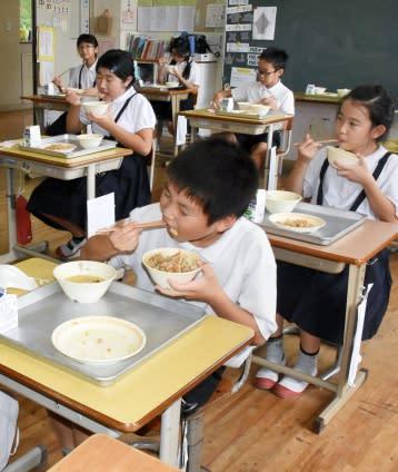 黒豚給食いただきまーす 「黒の日」ちなみ小中51校に提供 曽於・ナンチク