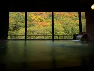 福島・東山温泉郷「くつろぎ宿 千代滝」温泉街を一望でき秋には紅葉を見ながら入れる露天風呂のある宿