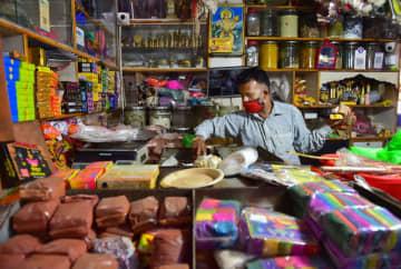 販売する品物を確認する商店主=8月、バンガロールで(PTI)