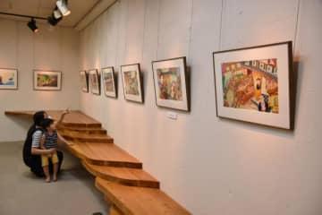 木城えほんの郷で開かれている絵本作家・加藤休ミさんの原画展