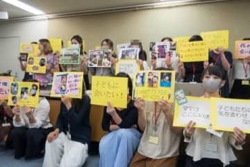 会見に出席した母親たち(2020年9月16日、東京都内、弁護士ドットコムニュース撮影)