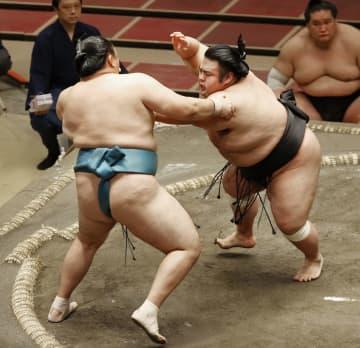 貴景勝(右)が押し出しで玉鷲を破る=両国国技館
