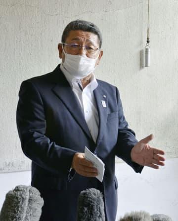 報道陣の取材に応じる北海道神恵内村の高橋昌幸村長=16日午後、神恵内村役場