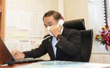 官邸から入閣の電話連絡を受ける坂本哲志衆院議員=16日午後、衆院議員会館