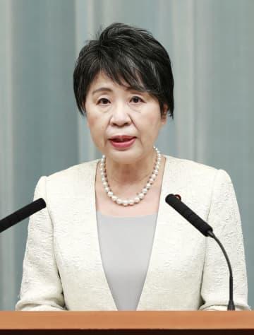 記者会見する上川陽子法相=16日午後11時27分、首相官邸