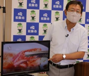 【「ウチの逸品」の動画を示す竹上市長=松阪市役所で】