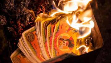 貧しい女性の前で「紙幣を燃やす」衝撃事件がこれ…PSVサポ、懲役刑に