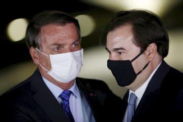 8月、言葉を交わすブラジルのボルソナロ大統領(左)とマイア下院議長(ロイター=共同)