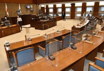 議席や執行部席、演壇など全ての席に仕切り板を設置した県議会本会議場