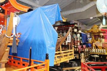 雨漏りから守るため、ブルーシートが掛けられた屋台=16日、上越市の直江津屋台会館