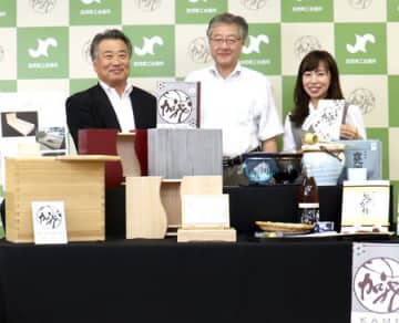 今回認定された「加茂オリジナル推奨品」。桐製の米びつなど特色ある品々が並ぶ=加茂市幸町2の加茂商工会議所
