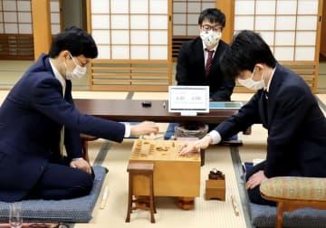 左が谷川九段 日本将棋連盟提供