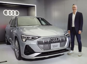 アウディジャパンが発売した電気自動車「e―tronスポーツバック」とフィリップ・ノアック社長=17日、東京都港区