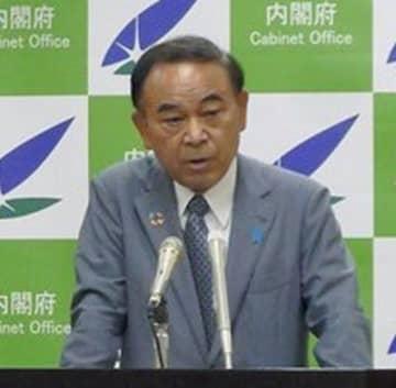 就任会見で質問に答える坂本哲志地方創生担当相=17日、内閣府