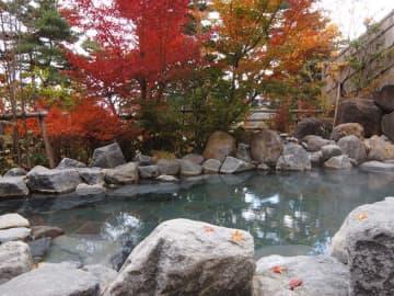 福島「のんびり温泉」田園に囲まれたのどかな温泉の紅葉露天。温泉付きコテージや離れの宿泊棟もあり 画像