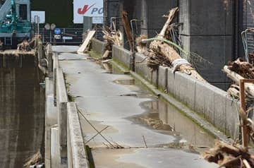 球磨川の瀬戸石ダム 発電再開見通せず 「被害拡大」強まる撤去要求