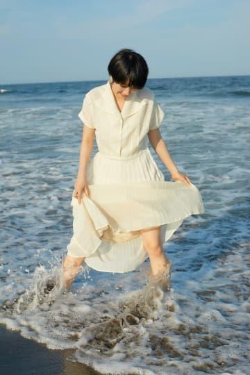 松本穂香、ワンピースや部屋着で夏を満喫!「白ワンピで海ではしゃぐことはもう2度とないかもしれない」『ヤングチャンピオン』表紙巻頭登場