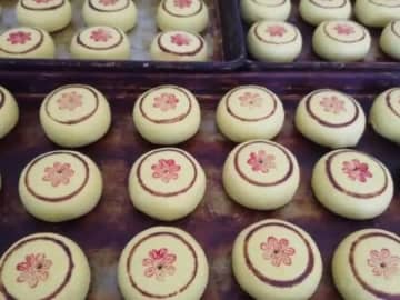 変わらぬ味わい、伝統菓子の月餅作りに大忙し 河北省張家口市