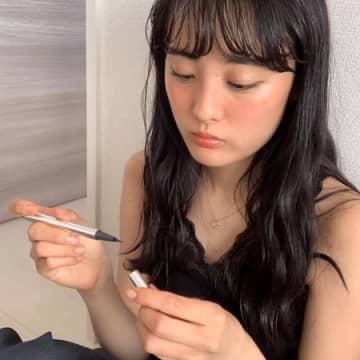 大友花恋、『カネ恋』黒ノースリーブ&ウェーブヘア写真
