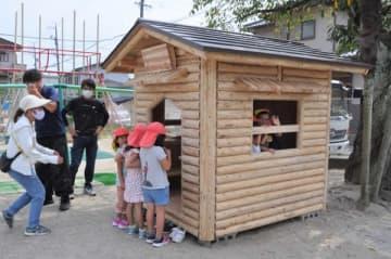園児らログハウスに歓声 四日市の県建設労組高等職業訓練校 授業で製作、園に贈呈 三重