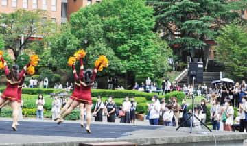 キャンパスで新入生を歓迎 桜美林大学 入学を祝う会を催す