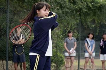 橋本環奈&佐藤大樹、爽やかなテニス姿を披露! 映画『小説の神様』場面写真公開